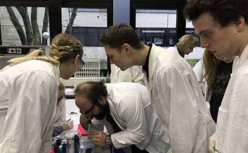 Biologie Leistungskurse analysieren DNA an der Uni Siegen
